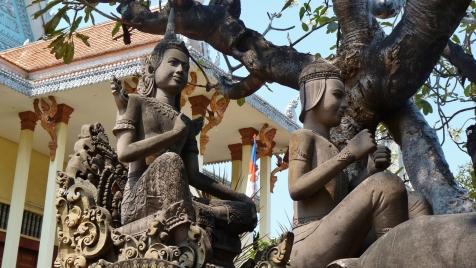 Skulpturen –offenbar hielten die Figuren mal Zügel in den Händen …