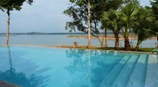 Pool mit Flußblick