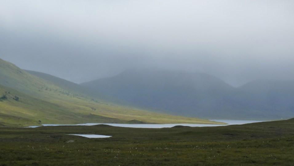 Wolken, Nebel und ein bisschen Sonne schaffen magische Momente in den schottischen Highlands.