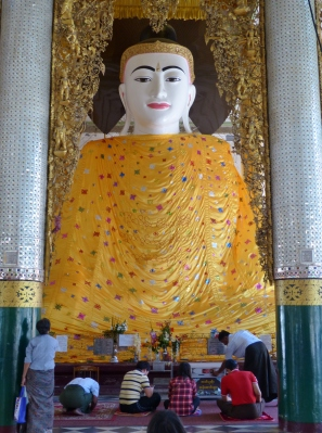 Der Chanthargyi Buddha, festlich bekleidet